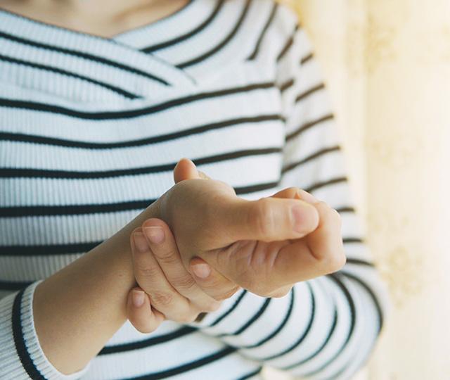 hormigueo en los dedos meñique y anular de la mano derecha